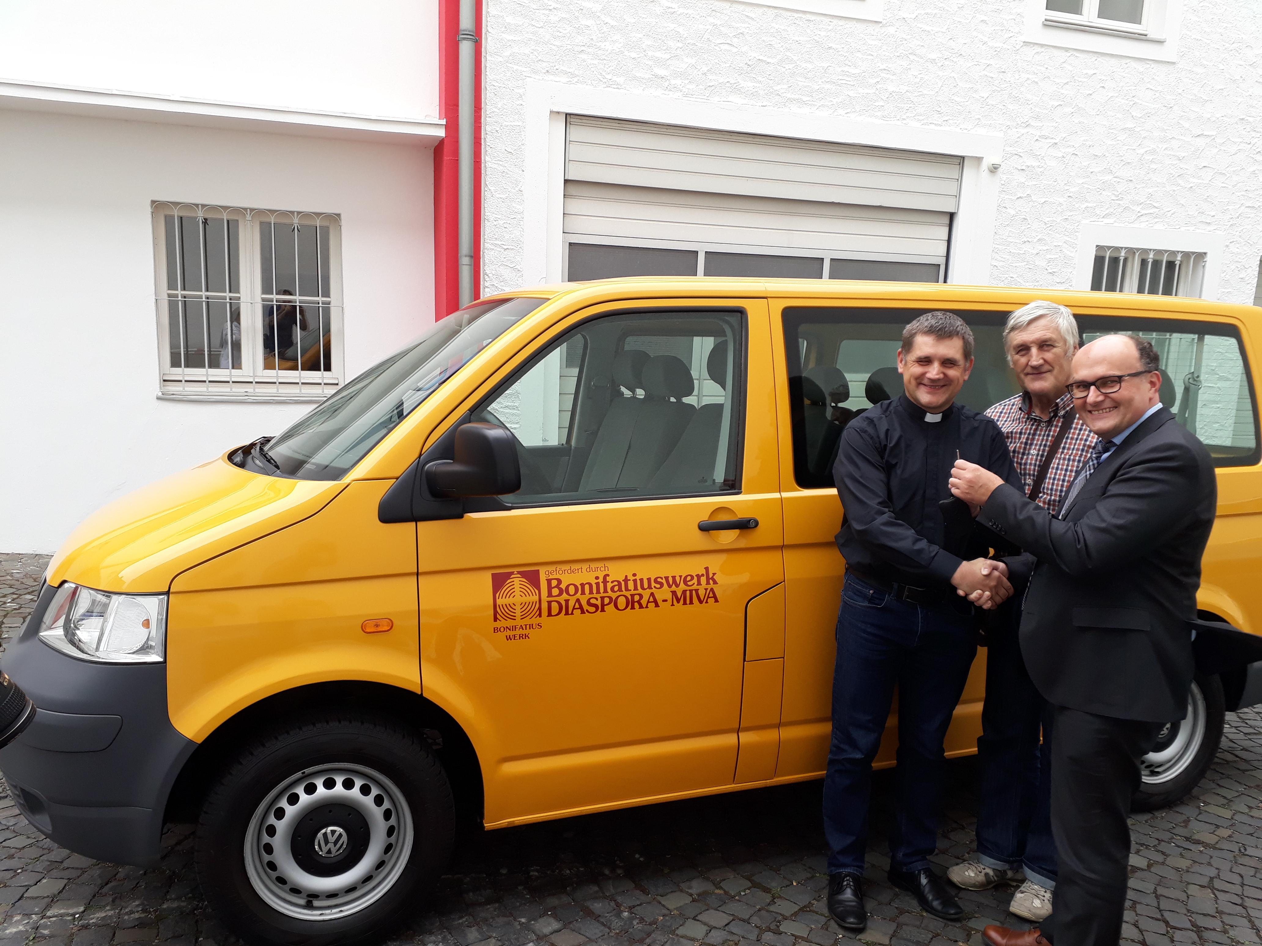 Rīgas Kristus Karaļa draudze sagaidījusi Bonifatius Werk dāvināto mikroautobusu